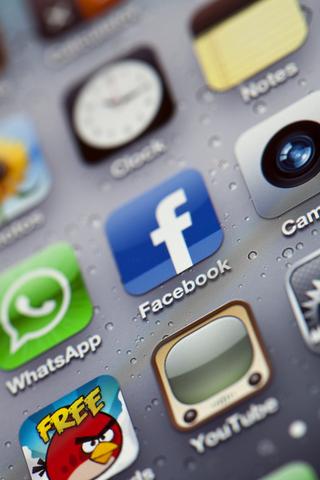 עד כמה (לדעתך) הנוכחות בפייסבוק חשובה לעורכי דין?